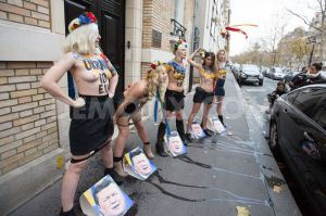 1393599237-femen-activists-urinate-on-the-photo-of-ukrainian-president-in-paris_3389716
